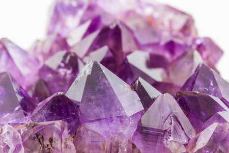 Crystal Stone, paars ruwe amethist kristallen op textuur achtergrond. Stockfoto
