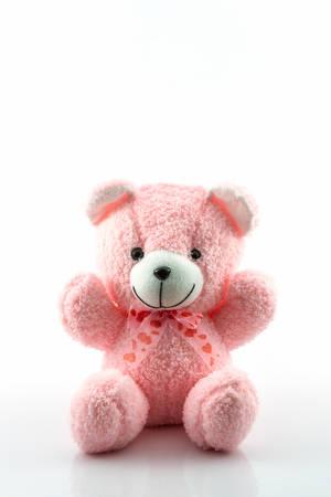 Roze teddybeer op een witte achtergrond.