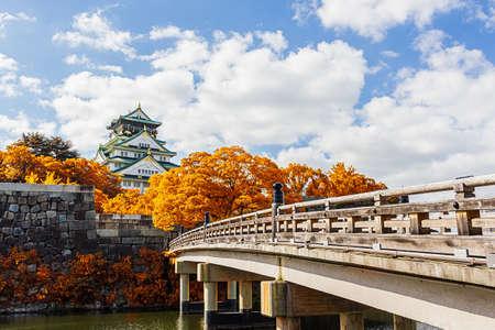 Kasteel van Osaka in Osaka met de herfst bladeren, Japan
