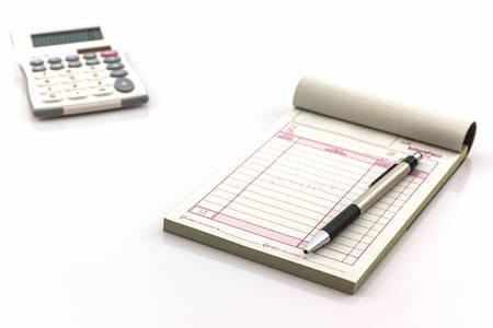 Libro di fattura che si aprono pagina bianca con la penna e calcolatrice su sfondo bianco. Archivio Fotografico - 37375765