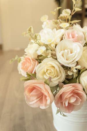 arreglo floral: Decorativo dulce flor en florero sobre la mesa en la cafetería.