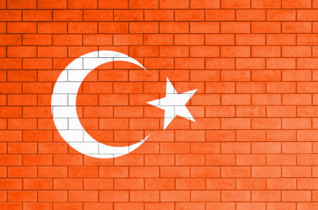 turkey: Bandera de Turqu�a pintado sobre la pared de ladrillo vieja. Foto de archivo