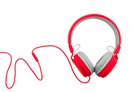 Rode hoofdtelefoons die op een witte achtergrond Stockfoto