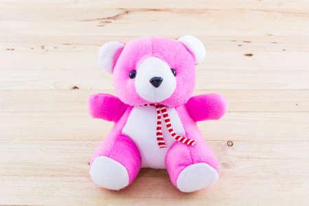 oso de peluche: Peluche rosado del oso de juguete en el fondo de madera. Foto de archivo