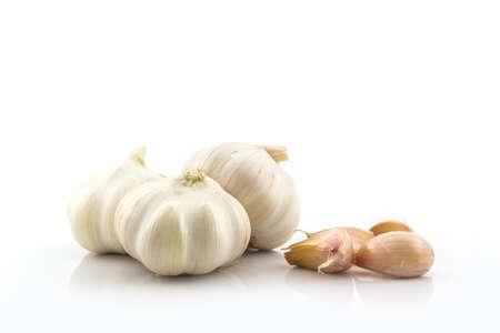 ajo: El ajo fresco a los ingredientes de los alimentos en el fondo blanco.