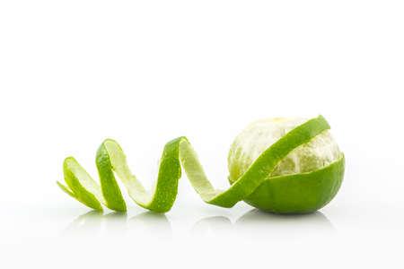 limes fraîches sur fond blanc. Banque d'images