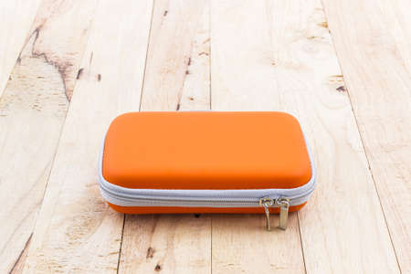 disco duro: External hard drive carrying case. Bags for external hard drive on a wood background.