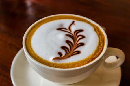 Cappuccino o caffè del latte sul tavolo di legno. Archivio Fotografico - 53584676