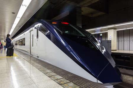 Tokyo, Japan - April 12, 2016: Keisei Skyliner wacht op passagiers bij Ueno-terminal aan de internationale luchthaven van Narita. verbindt Narita Airport met het hart van Tokio in slechts 41 minuten.
