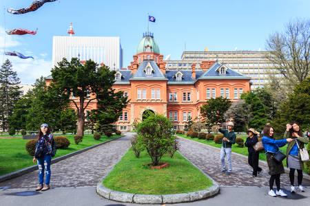 """oficina antigua: Sapporo, Japón - 4 de mayo 2016: El ex Oficina de Gobierno de Hokkaido en Sapporo, Hokkaido, Japón. construido en 1888, este edificio es conocido como """"ladrillos rojos"""" o Akarenga."""
