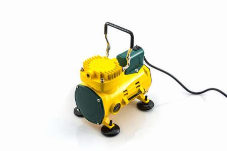 compresor: Mini compresor de aire en el fondo blanco.