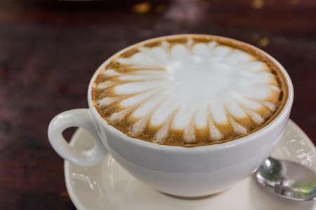 Cappuccino of latte koffie op houten tafel.