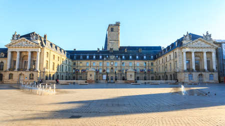 Liberation Square and the Palace of Dukes of Burgundy (Palais des ducs de Bourgogne) in Dijon, France. 版權商用圖片 - 80713782