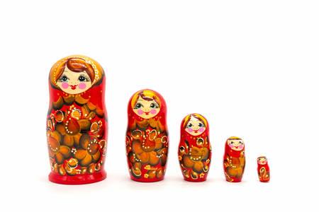Matroschka-Puppen isoliert auf weißem Hintergrund. Russische Holzpuppe Souvenir. Russische Nistpuppen, Stapelpuppen.