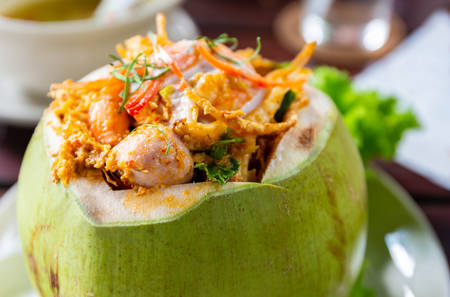 Curry Steamed Seafood in Coconut Cup. Archivio Fotografico