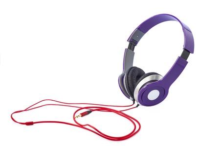 흰 배경에 고립 된 보라색 헤드폰