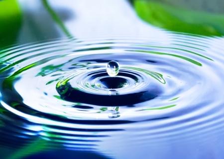 conservacion del agua: gota de agua y la ondulaci�n del agua Foto de archivo