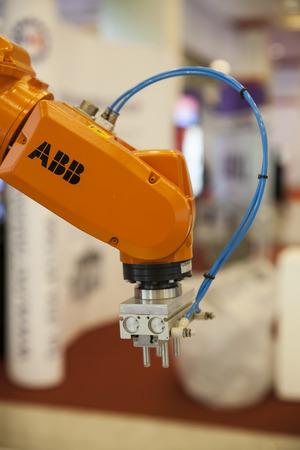 バンコク、タイ - 2 月 3 日産業用ロボットの手は、ハード 2 月を扱うのに役立つバンコク、タイの 3,2014 報道画像