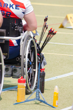 paraplegic: BANGKOK, Tailandia - 15 de marzo: los arqueros parapl�jicos no identificados con sus flechas. en primera tiro al arco asi�tico Prix magn�fico 2014, el 15 de marzo de 2014 en Bangkok, Tailandia.