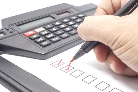 인간의 손을 빨간색 체크 표시를 체크리스트 상자에 그리기