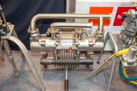 airbrushing: BANGKOK - 22 de junio: Metal brillante herramienta de compresor de aire en Expo Manufactura en 22,2014 junio de Bangkok, Tailandia.
