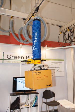 flexi: BANGKOK - JUNE 22 :Equipment lifting of box at Manufacturing  Expo 2014 on June 22,2014 ,Bangkok, Thailand.