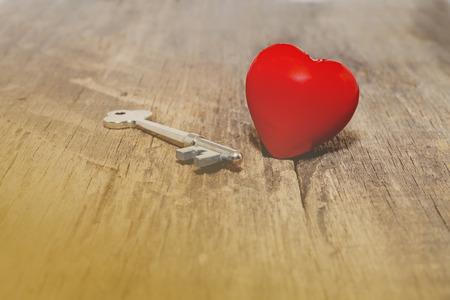 나무 배경에 붉은 마음을 열어 키입니다. 스톡 콘텐츠