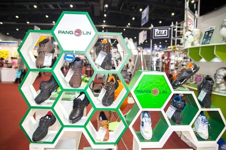 """zapatos de seguridad: BANGKOK, Tailandia - 07 de febrero: zapatos """"Pangolin"""" de seguridad para la industria en Tailandia Feria Industrial 2015 Y Food Pack Asia 2015 en 07 de febrero 2015 en Bangkok, Tailandia. Editorial"""