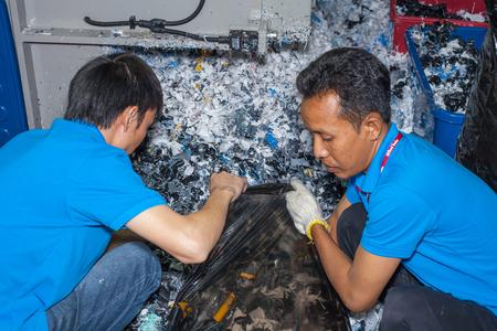 방콕, 태국 - 7 월 11 일 : 미확인 된 사람 방콕, 태국 년 7 월 11 일 2015, InterPlas 태국 2015에서 가방에 플라스틱 알약을 넣어.