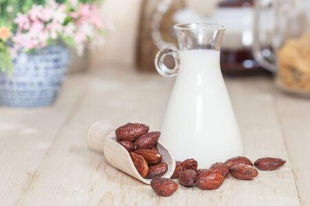 Las almendras caramelo con leche en la mesa. Enfoque selectivo, DOF bajo