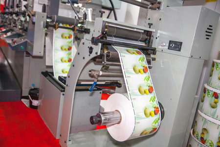BANGKOK - AUGUST 29 :printting on sticker roll machine at Pack  Print and T-PLAS THAILAND on Aug 29,2015 in BITEC ,Bangkok,  Thailand. 新聞圖片