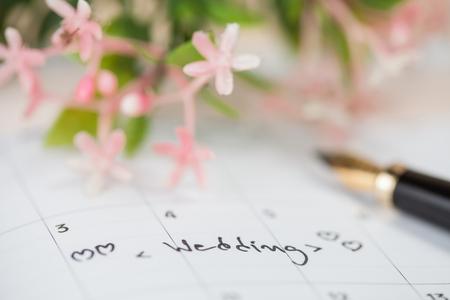 テーブルの上の結婚式カレンダー 写真素材