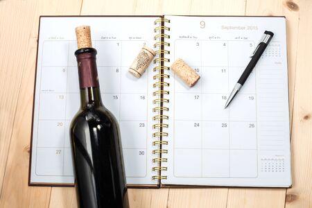 カレンダーの上にワインのボトル