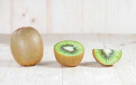 나무에 신선한 키위 과일