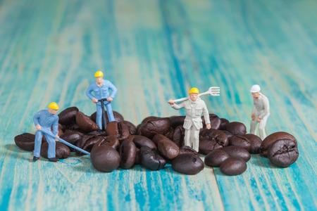 미니어처 사람들이 커피, 선택적 포커스 작업