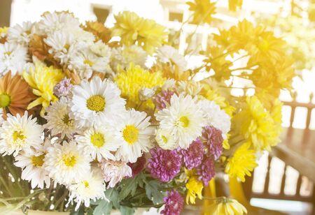 ramo de flores: hermosas flores amarillas en la mesa sobre fondo verde