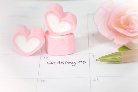 달력 및 심장 모양에 결혼식 계획 스톡 콘텐츠