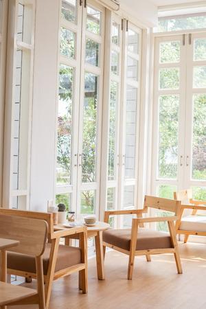 정원 전망이있는 창문 스톡 콘텐츠