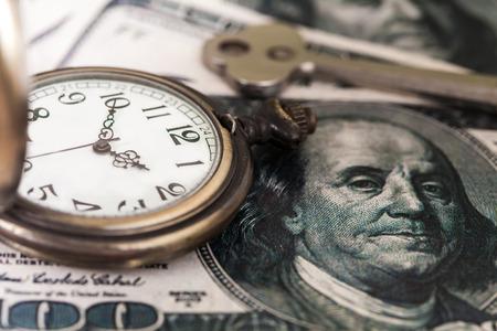 salarios: El tiempo y la imagen del concepto del dinero - reloj de bolsillo de plata antigua y la luz de estilo .vintage moneda estadounidense y el tono