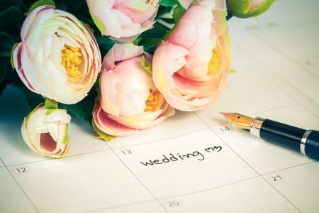 달콤한 꽃과 펜, 사랑의 개념 달력에 단어 결혼식