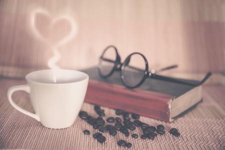 커피 빔의 뜨거운 음료 한잔 스톡 콘텐츠