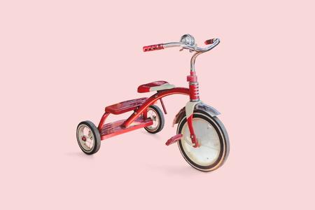 Vintage Kid rotes Dreirad auf farbigem Hintergrund.