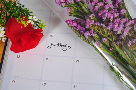 Reminder Wedding day in calendar planning with red rose. Banque d'images