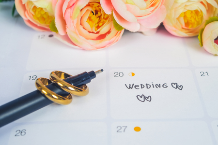 Word Wedding to Reminder Wedding day with Wedding ring on calendar planning and office tool. 免版税图像