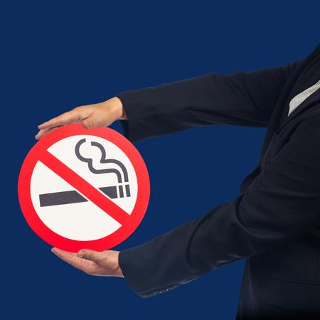 Business-Mann-Show mit Nichtraucherzeichen, Gesundheitskonzept.