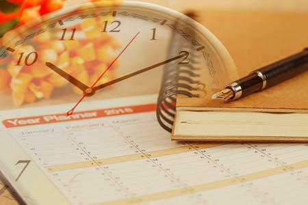 organisateur personnel ou planificateur avec stylo plume sur horloge Banque d'images