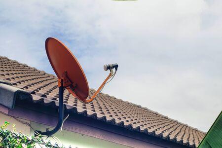 Auf dem Dach montierte Satellitenschüssel oder Satellitenantennen. TV-Antennenkonzept