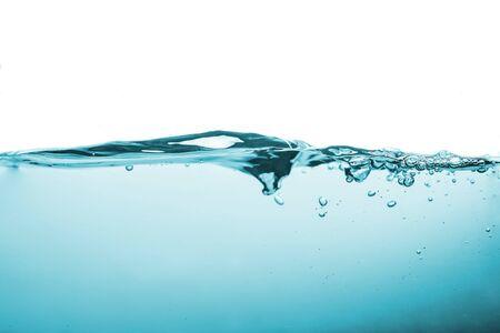 Wasserspritzer oder Wasserwelle mit Luftblasen im Hintergrund. Standard-Bild