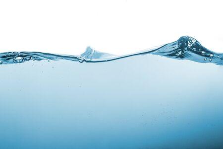 Salpicaduras de agua u onda de agua con burbujas de aire en el fondo.