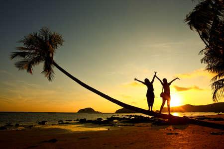 familia viaje: Puesta de sol, silueta de mujer